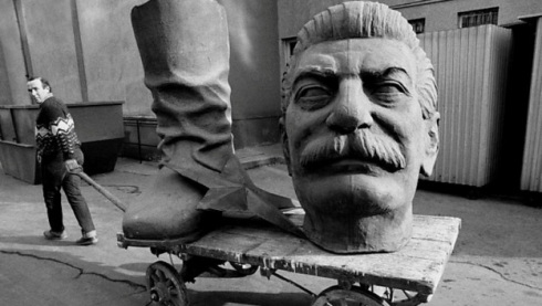 Tại sao Stalin được dựng tượng, còn Hitler thì không?