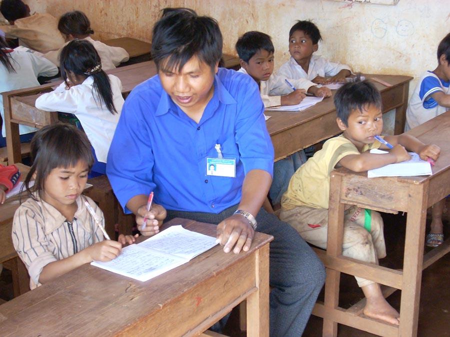 Thu thập và tổng hợp dữ liệu phổ cập giáo dục, xóa mù chữ