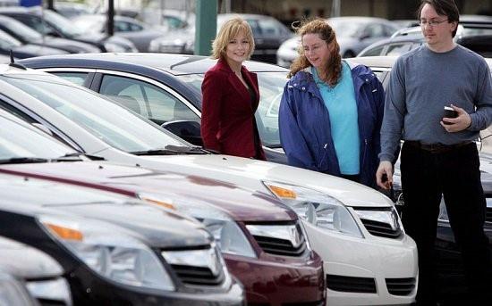 Ngoài tiền mua xe, để một chiếc ôtô 'lăn bánh' cần đóng loại phí nào?