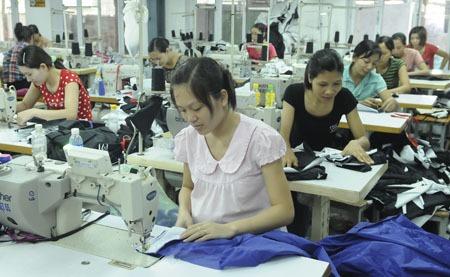 Chính sách với lao động nữ: Nhiều quy định khó thực hiện
