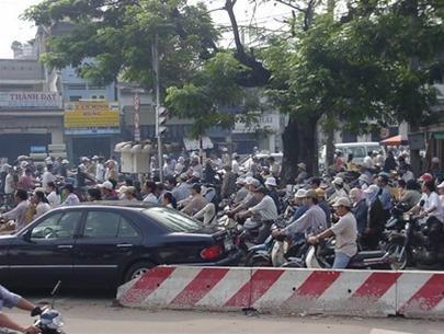 Hạn chế đăng ký xe gắn máy: Trái luật và không hiệu quả
