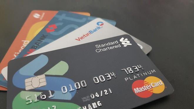 Cấm dùng thẻ tín dụng để chuyển khoản vào thẻ ghi nợ, thẻ trả trước