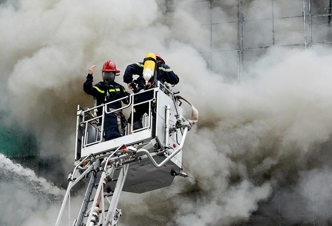 Người dân được giám sát cảnh sát phòng cháy chữa cháy