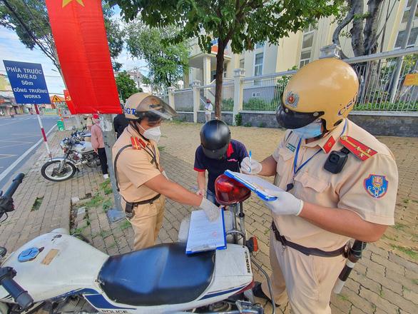 TP.HCM: Công chức từ nhà đến cơ quan không đeo thẻ công chức, không mặc đồng phục sẽ bị phạt