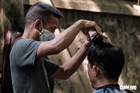 Tiệm cắt tóc vỉa hè, salon tóc đông kín khách ngày đầu mở lại