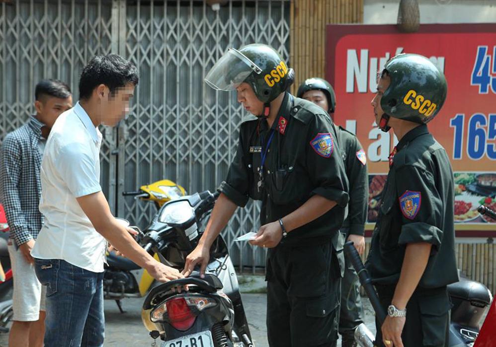 Đề xuất phạt 600.000 đồng người đi xe máy không đội mũ bảo hiểm