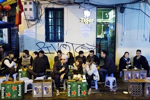 Cuộc chiến trên bàn nhậu tiêu tốn của các doanh nghiệp bia hàng trăm, hàng nghìn tỷ đồng cho quảng cáo, tiếp thị. Ảnh: Bloomberg