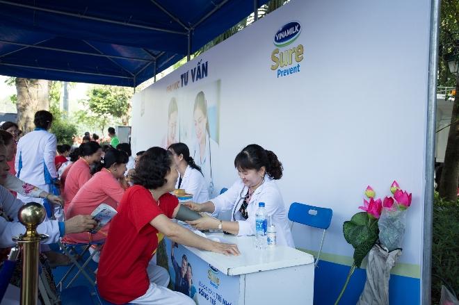 Các bác sĩ trung tâm dinh dưỡng Vinamilk thăm khám sức khỏe, tư vấn dinh dưỡng cho người cao tuổi.