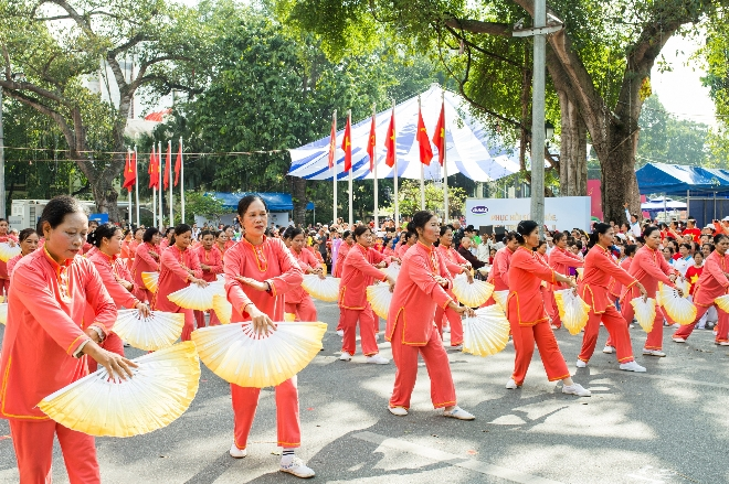 Hơn 2.150 người cao tuổi tham gia đồng diễn dưới lòng đường Hồ Hoàn Kiếm.
