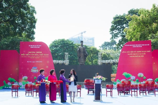 Bà Nguyễn Thị Hảo trao kỷ niệm chương thành viên danh dự của Hội cho bà Nguyễn Thị Kim Phượng - đại diện Vinamilk.