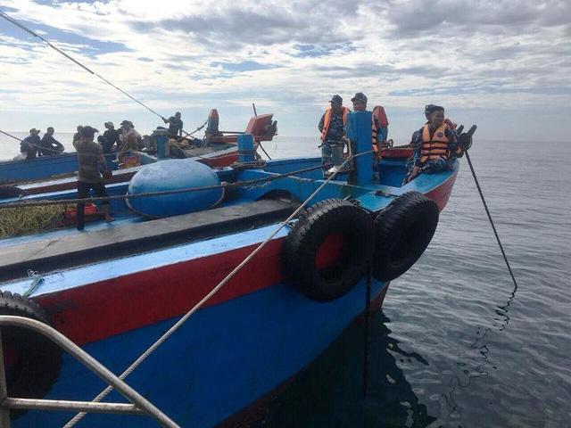 Tàu giã cào hoành hành gần bờ biển Quảng Trị
