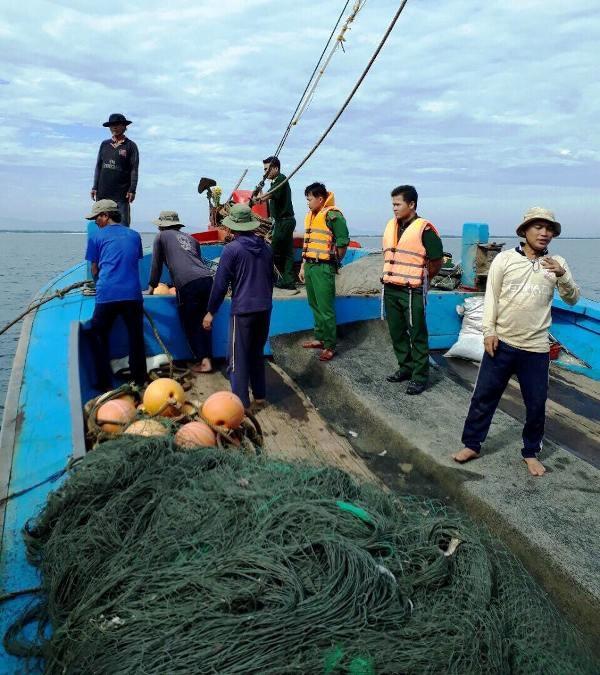 Lực lượng chức năng đã tiến hành lập biên bản vi phạm với các tàu cá khai thác sai vùng quy định (Ảnh: Mạnh Hùng)