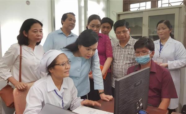 Bộ trưởng Y tế kiểm tra hệ thống quản lý bệnh nhân tại Trung tâm Y tế Quận Gò Vấp ngày 28/5. Ảnh: Lê Phương.