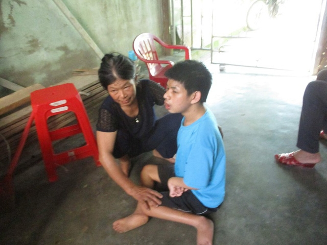 Bà Trương Thị Lâm bên con trai Lê Thái Thuận bị tàn tật bẩm sinh
