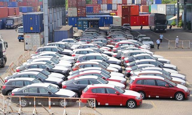Lô xe BMW nằm phủ bụi ở cảng VICT (TP.HCM).