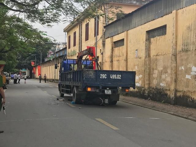 Chiếc xe tải cuốn xe máy vào gầm.