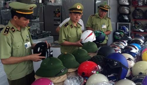 Đội quản lý thị trường kiểm tra hoạt động kinh doanh mũ bảo hiểm tại Quảng Ninh. Nguồn: Báo Quảng Ninh.