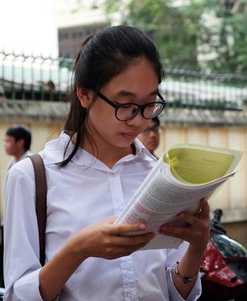 Nhiều năm nay, Hà Nội chỉ thi hai môn Toán, Văn vào lớp 10, trong khi nhiều tỉnh thành khác đã thêm môn Ngoại ngữ, Lịch sử... Ảnh minh họa: Quỳnh Trang.