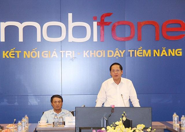Bộ trưởng Trương Minh Tuấn trong một lần làm việc với Mobifone