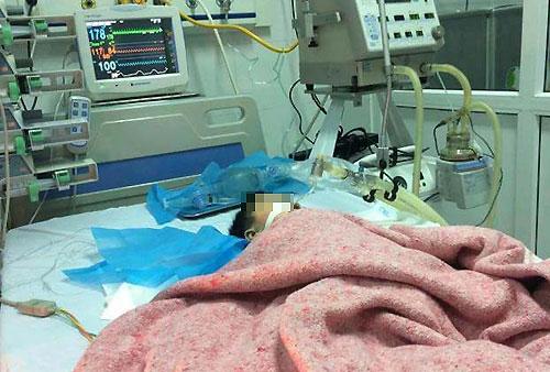 [Bệnh nhi đang được cấp cứu tại Bệnh viện Saint Paul. Ảnh: L.P.
