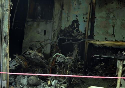 Bốn xe máy trong nhà bị cháy rụi. Ảnh: Sơn Hòa