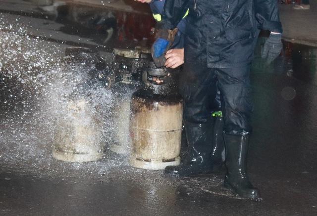 Các bình gas cháy sém bên ngoài sau vụ cháy nổ hỗn hợp khí gas tại nhà hàng ở Nha Trang