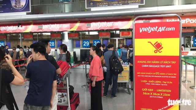 Hành khách ném điện thoại vào mặt nữ nhân viên hàng không - Ảnh 1.