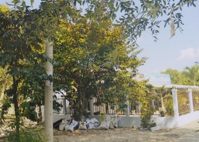 Nhà bà Trừ xây hàng rào kiên cố bên cạnh đất của ông Khuyến.