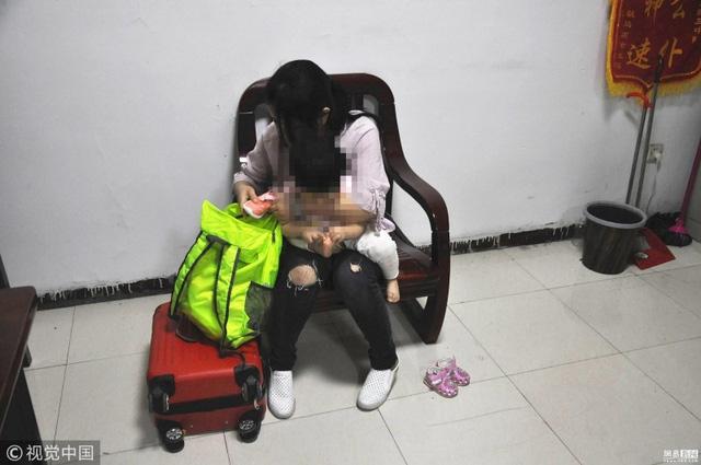 Du và cô con gái một tuổi Huahua mà chính tay cô đã bán đi