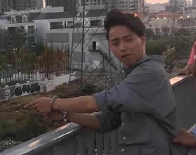 Công an đưa Lê Đăng Quang đi chỉ nơi vứt khẩu súng để thu hồi.