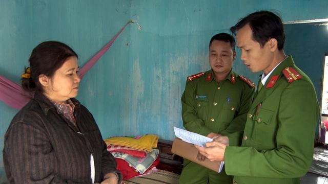 Lực lượng chức năng lập biên bản tạm giữ các loại hóa chất, giấm ăn tại cơ sở của bà Châu Thị Loan để xử lý theo quy định của pháp luật