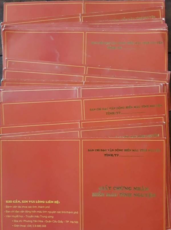Hàng chục tấm giấy chứng nhận hiến máu của các hội viên trong nhóm mà anh Dương vận động được anh Dương cất giữ cẩn thận.