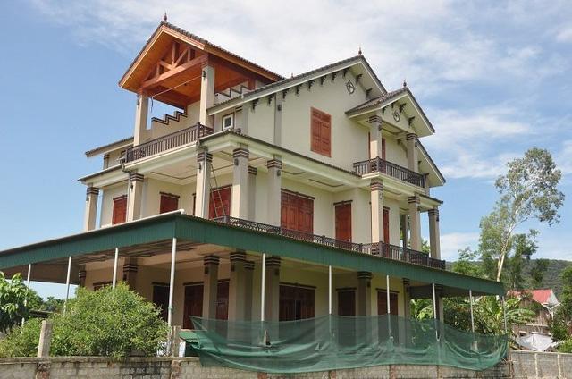 Những ngôi nhà xây dựng kiểu Thái giữa làng quê Mỹ Lộc