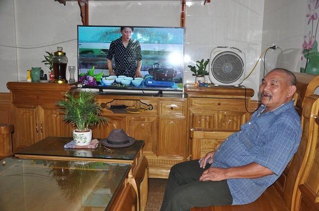 Ông Nguyễn Trọng Thiểu trong ngôi nhà khang trang của gia đình.