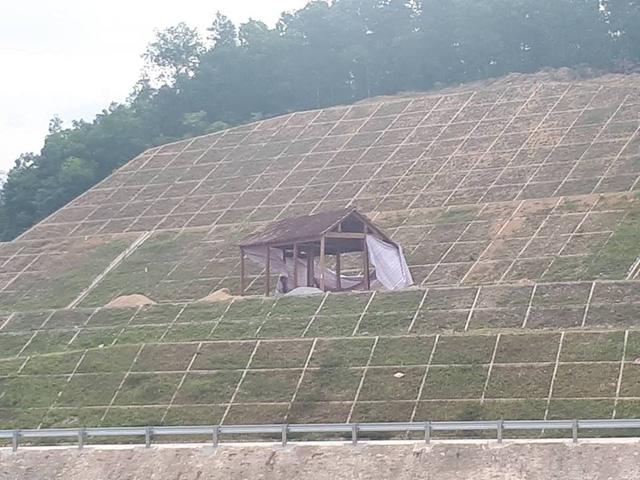 Ngôi nhà vắt vẻo trên phần mái kè đập dâng của công trình thủy lợi Ngàn Trươi -Cẩm Trang