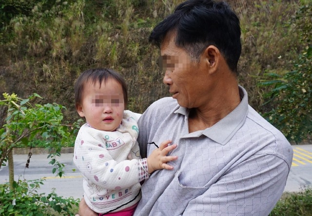 Trên địa bàn huyện Tương Dương hiện có khoảng 40 trẻ em là kết quả của cuộc hôn nhân không giá thú giữa phụ nữ địa phương và đàn ông Trung Quốc. Các cháu được mẹ đưa về, gửi ông bà chăm sóc, chỉ hơn một nửa trong số đó đã được khai sinh theo họ của mẹ