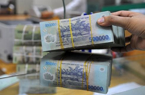 Giao dịch tiền tại một ngân hàng thương mại ở TP HCM. Ảnh: PV.