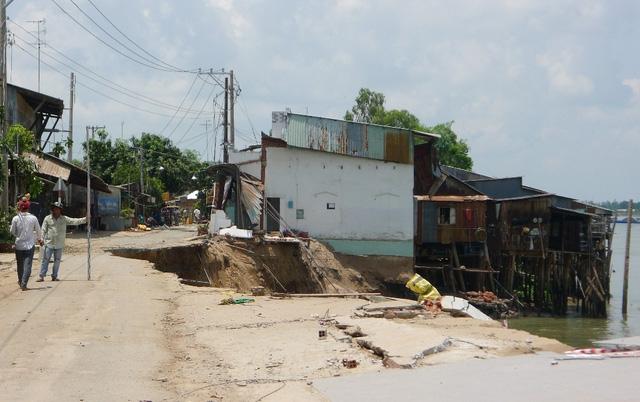 Khu vực sạt lở tại ấp Mỹ Hội làm 14 nhà dân lọt xuống sông Hậu trong chớp mắt.