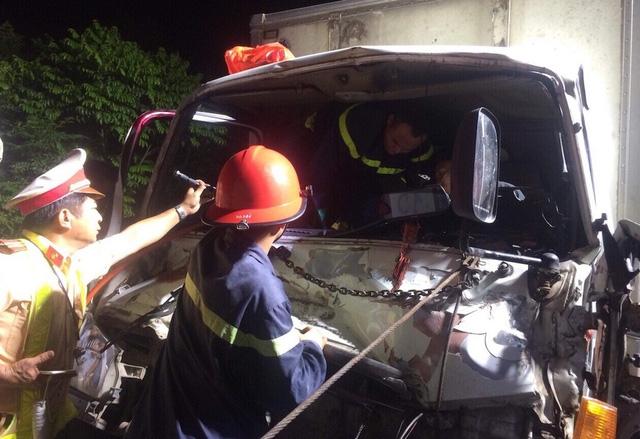 Chiếc xe gây tai nạn bị biến dạng phần đầu.