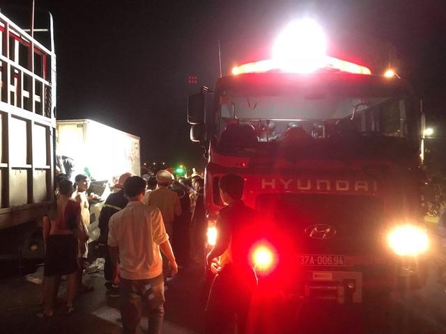 Xe PCCC CA tỉnh Nghệ An cùng 8 chiến sĩ có mặt tại hiện trường để ứng cứu.