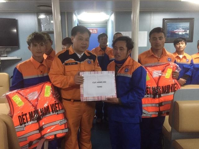 Cục Hàng hải tặng quà cho các ngư dân.