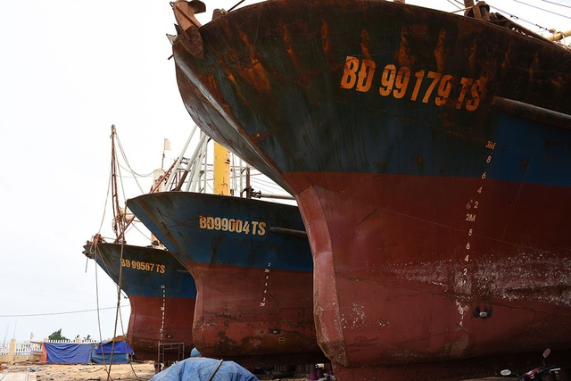 Chủ tàu vỏ thép nằm bờ lại mòn mỏi chờ bồi thường - Ảnh 1.
