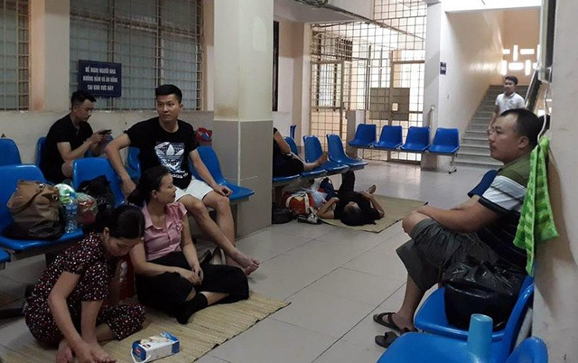Cảnh chờ đợi ở hành lang khoa đẻ bệnh viện Phụ sản Hà Nội