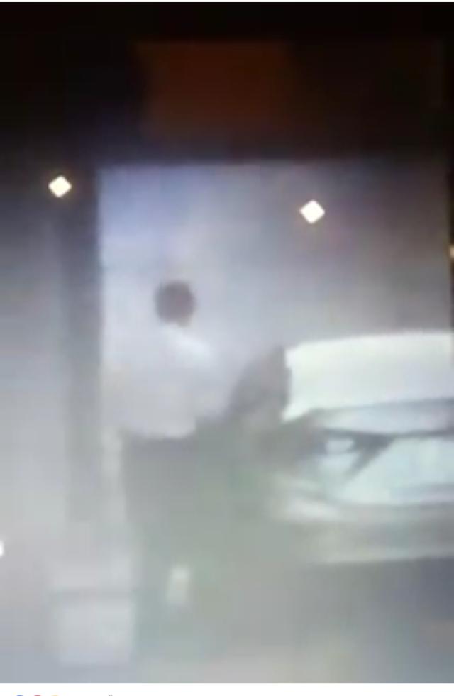 Người đàn ông bước ra khỏi phòng khách sạn rồi lên xe ô tô rời đi