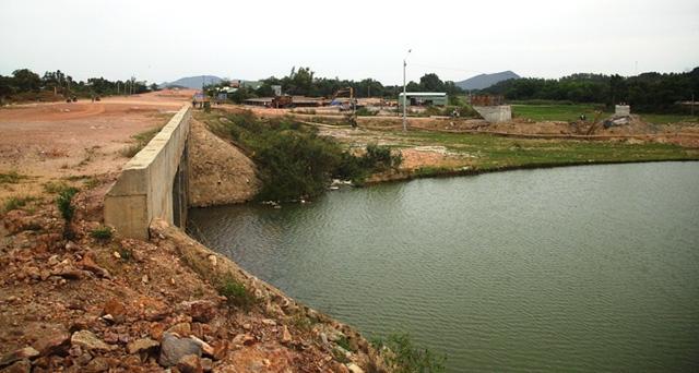 Trước đây, khi nước lũ về thì rải đều ra các cánh đồng, nước chảy êm. Bây giờ lũ tập trung về những cầu khiến nước lũ chảy xiết nên mức độ tàn phá cao hơn.