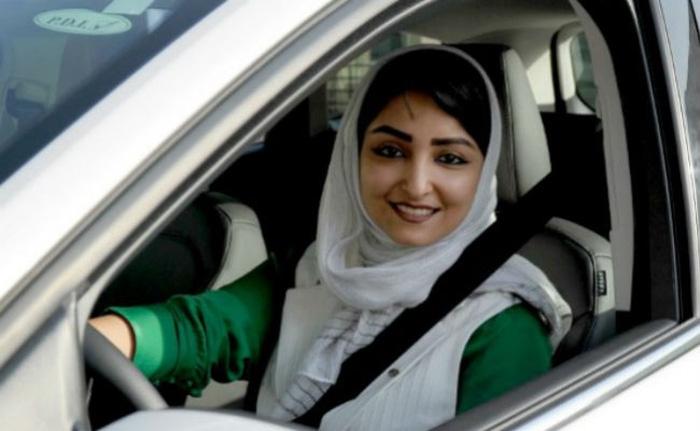 Phụ nữ Ả rập Saudi lần đầu được lái xe ô tô - Ảnh 1.