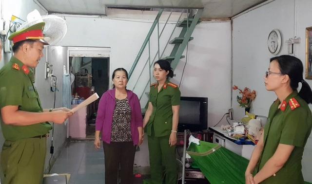 Cơ quan CSĐT đọc quyết định khởi tố bị can và lệnh bắt tạm giam, khám xét nơi ở đối với bà Nguyễn Thị Thanh Nguyên