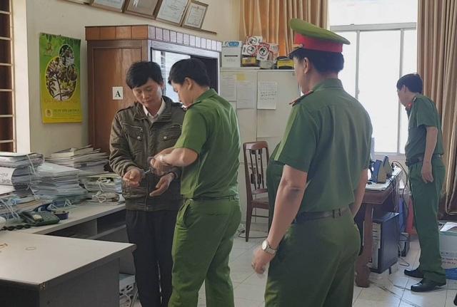 Cơ quan CSĐT đọc quyết định khởi tố bị can và lệnh bắt tạm giam, khám xét nơi ở đối với ông Huỳnh Ngọc Tuấn