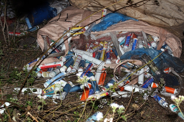 Bắt hai người đổ trộm 10 tấn rác thải công nghiệp - Ảnh 1.