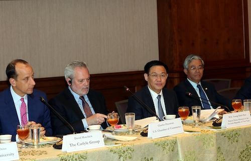 Phó thủ tướng Vương Đình Huệ (thứ 2 từ phải sang) trong buổi gặp với các doanh nghiệp Mỹ. Ảnh: VGP